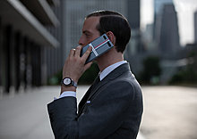 1.-galaxy-z-flip-thom-browne-edition_lifestyle.jpg